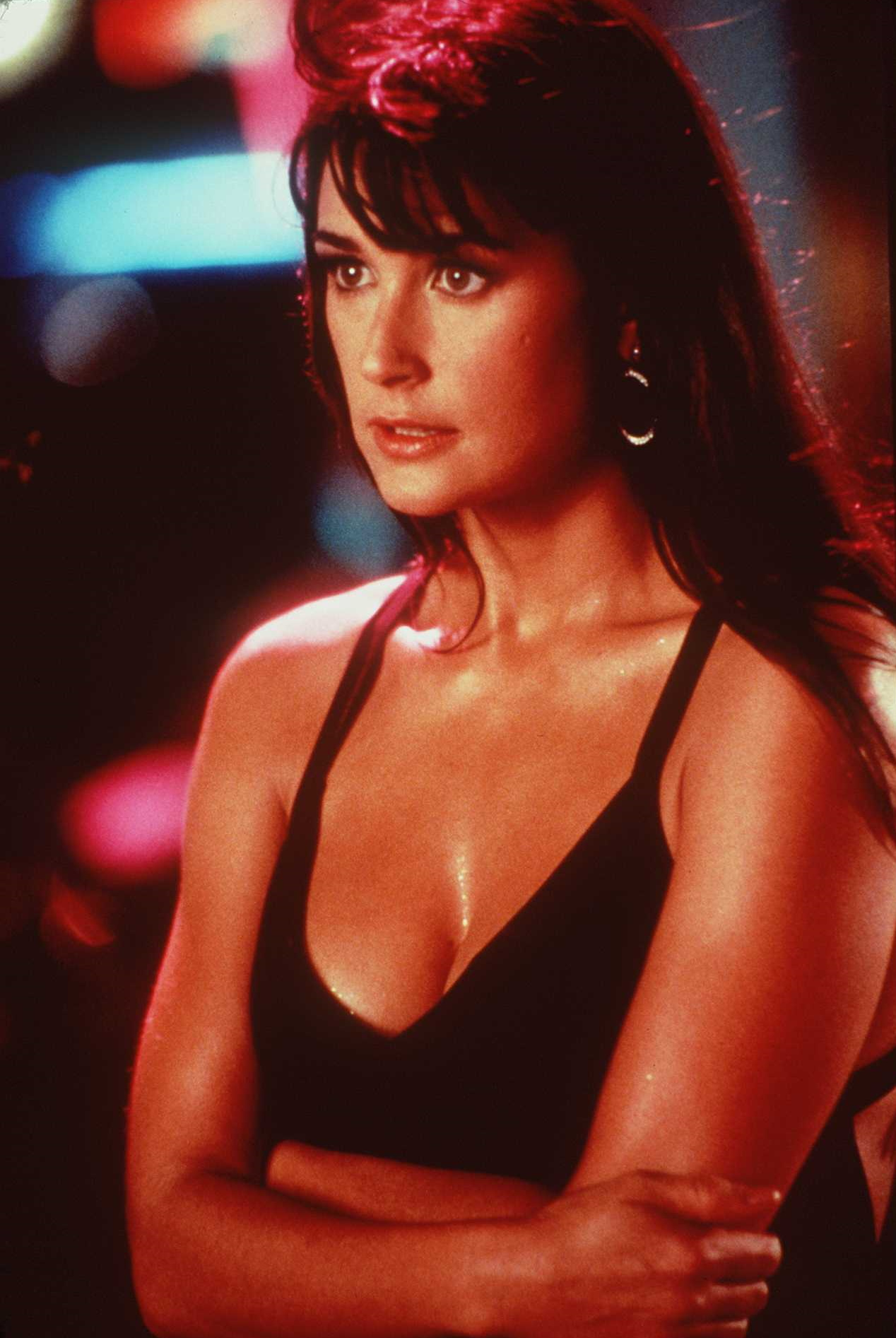<p><strong>Деми Мур</strong></p>  <p>Актрисата и бивша съпруга на Брус Уилис доказа през 90-те години, че е жената, която изглежда зашеметяващо добре както с дълга коса, така и с обръсната глава.</p>  <p>&nbsp;</p>