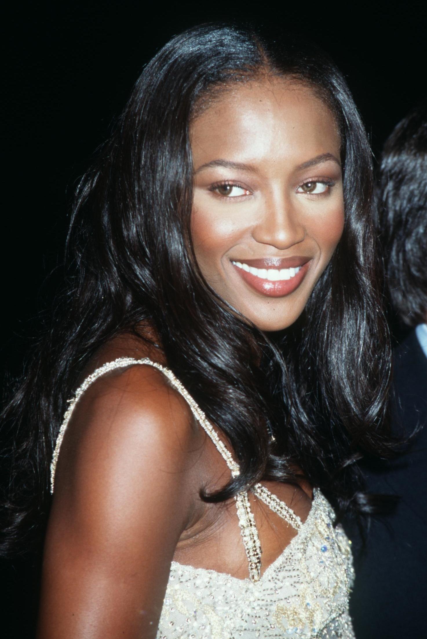 <p><strong>Наоми Кембъл</strong></p>  <p>Всеки път, когато Наоми се появява да закрие някое модно ревю, ние си припомняме защо тя беше кралицата на ревютата още от 80-те години. Черната перла дори беше избрана да участва в клипа на Краля на попа Майкъл Джексън към песента &bdquo;In the Closet&rdquo;.</p>