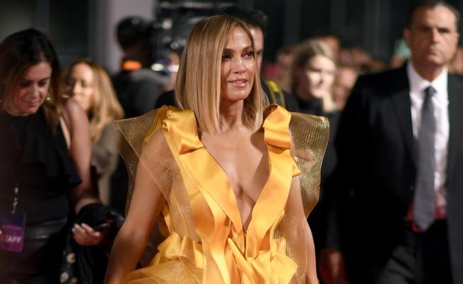 Джей Ло може да си го позволи: уникална чанта и екстравагантна рокля