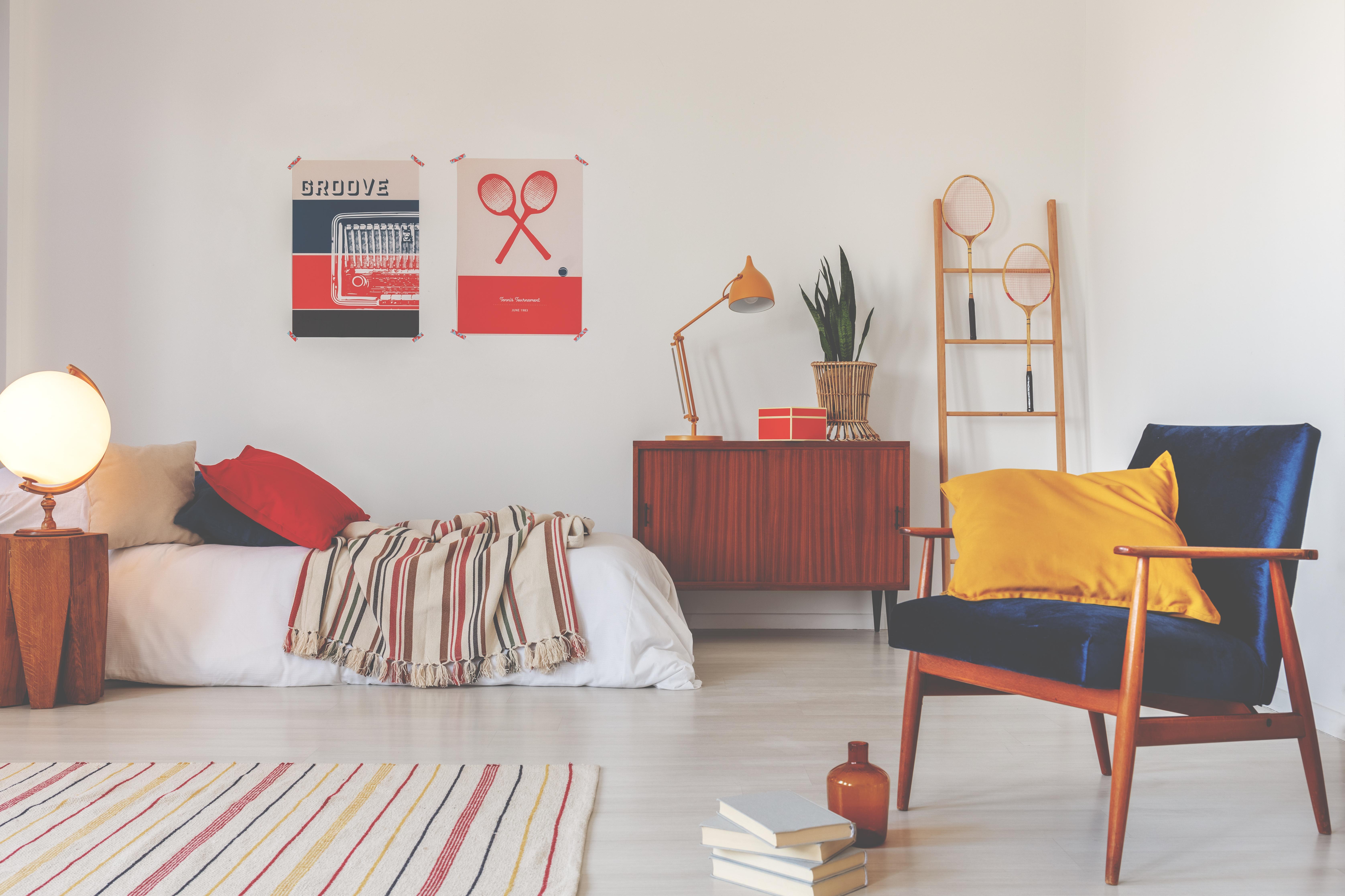 <p>Раздвижете интериора в стаята с интересни плакати, постери или картини. Има много снимки, които може да използвате и да направите собствен арт проект, в който да включите детето ви. Така в стаята му ще има нещо интересен, но и с&nbsp;оригинално.</p>