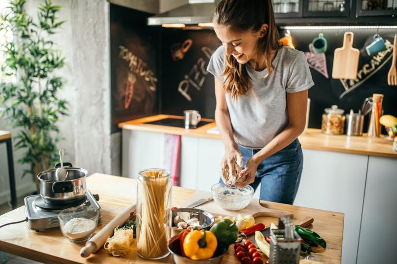 <p><strong>Гответе лесни и бързи ястия</strong>.</p>  <p>Започнете с прости рецепти, като правите елементарно ястие веднъж седмично. Всяка седмица увеличавайте броя на ястията, които готвите, като междувременно си събирате и &bdquo;любими&ldquo;&nbsp;рецепти. Можете също така да направите двойно количество храна за вечеря и да вземете останалото с вас на работа за обяд на следващия ден. Обядите в супермаркета могат да бъдат с високо съдържание на сол, захар и наситени мазнини,&nbsp;да не говорим и че са доста по-скъпи. Ако си сготвите сами, просто ви трябва пластмасова кутия и вилица. Здравословните рецепти могат да бъдат супер лесни за приготвяне. Дори само риба на пара или задушени зеленчуци ще са от полза са сваляне на някой излишен килограм.</p>