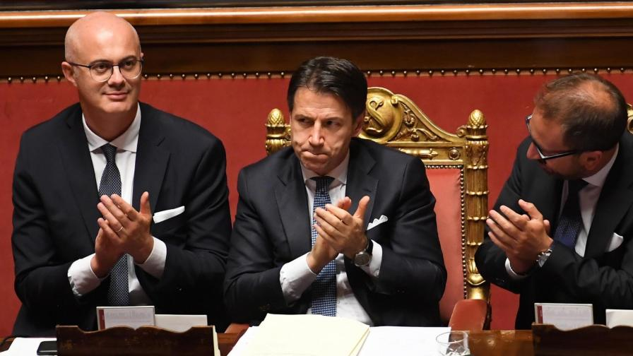 Премиерът на Италия Джузепе Конте (в средата)