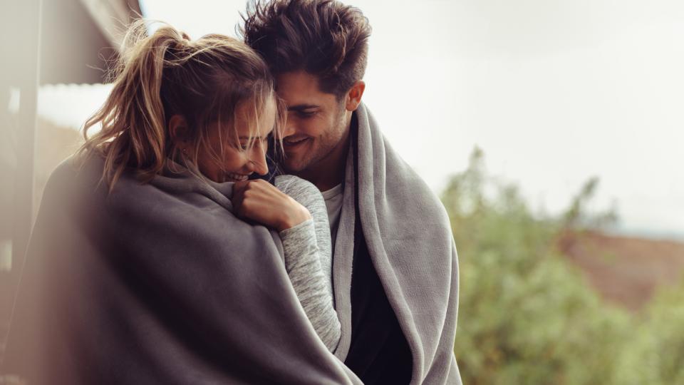 прегръдка гушкане любов връзка двойка мъж жена
