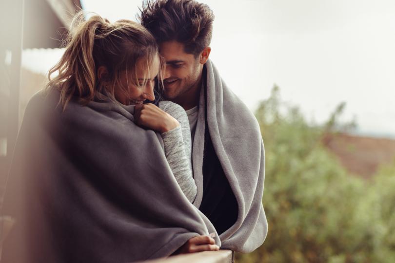<p><strong>Помага да се създадат стабилни отношения</strong></p>  <p>Чували сте за хормона на гушкането, нали? Е, това е истинско нещо. &bdquo;По-конкретно това, което се нарича хормон на гушкането или хормон на любовта, е окситоцин&ldquo;, раказва пред &ldquo;SheKnows&rdquo; Стефани Викстром, съветник и основател на консултантски център в Питсбърг. Окситоцинът е невротрансмитер и хормон, а при докосване се отделя и ни кара да чувстваме любов и спокойствие. &bdquo;Има много изследвания, които отбелязват, че наличието на здрави взаимоотношения допринася за по-дълъг живот&ldquo;, казва Викстром. &bdquo;Някои изследователи предполагат, че това може да има много общо с окситоцина и щастието, което ни кара да изпитваме.&ldquo; Така че не забравяйте да прегръщате по-често партньора си, за да обогатите вашите отношения.</p>