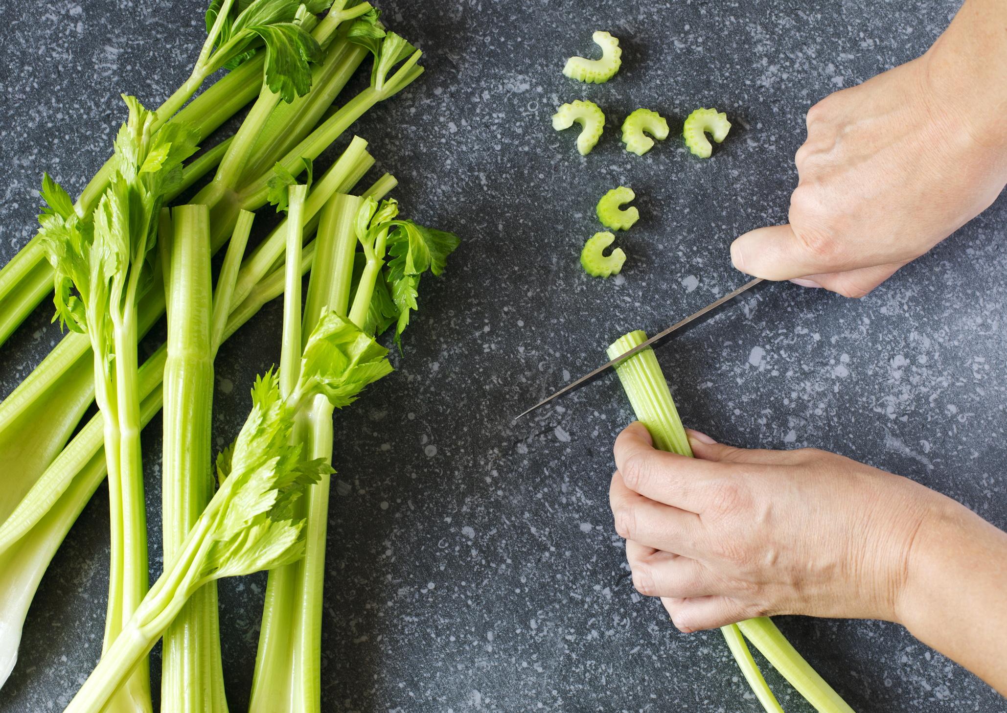 <p><strong>Целина</strong></p>  <p>Антиоксидантният ефект на целината също се повишава при готвене, но само при печене, пържене, обработка в микровълнова фурна и в тенджера под налягане. При варене губи 14% от антиоксидантната си активност.</p>