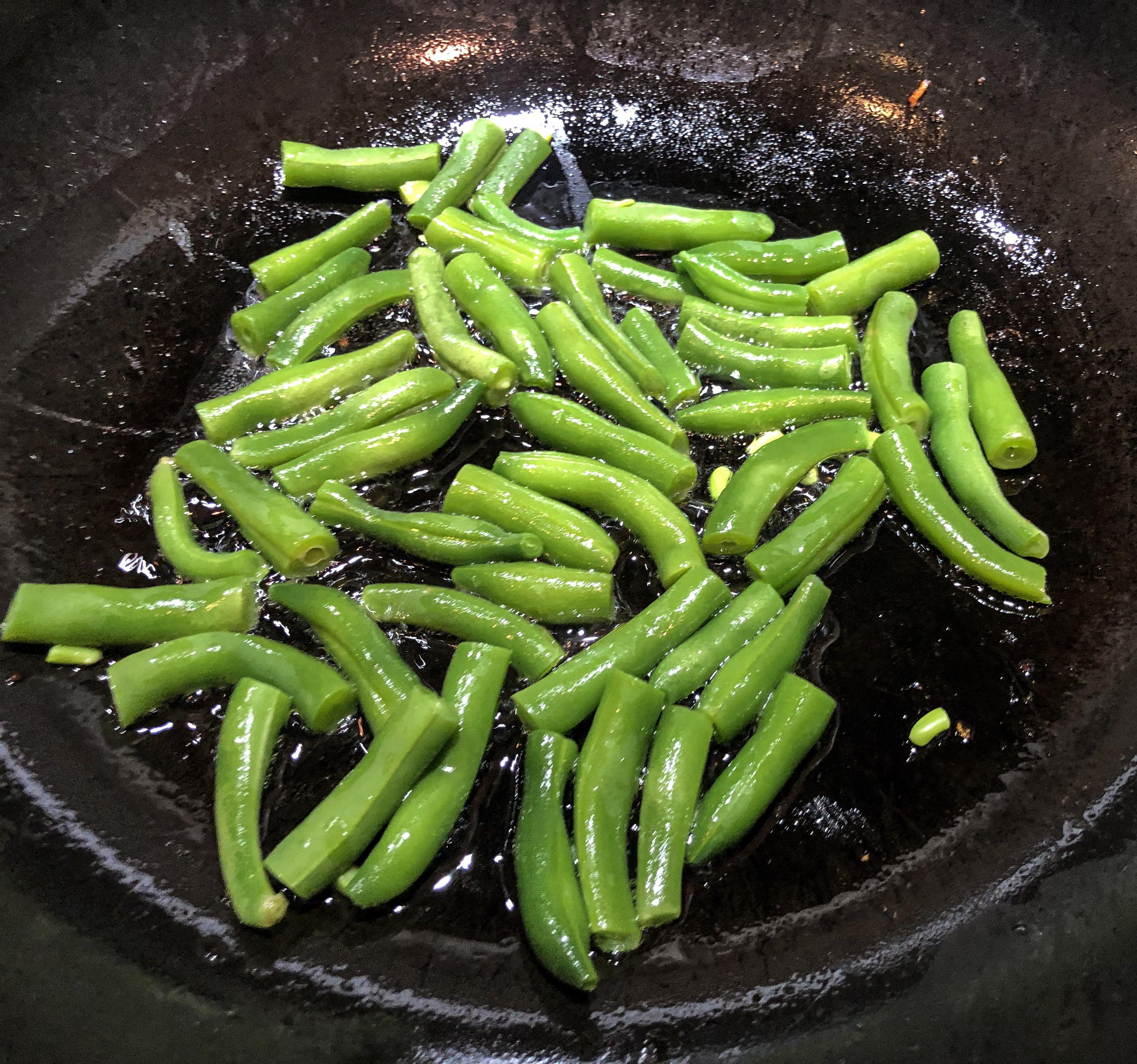 <p><strong>Зелен боб</strong></p>  <p>Задушеният зелен фасул може да има по-големи ползи за понижаване на холестерола от суровия зелен фасул. В този случай дори пърженето е по-полезно от варенето.</p>