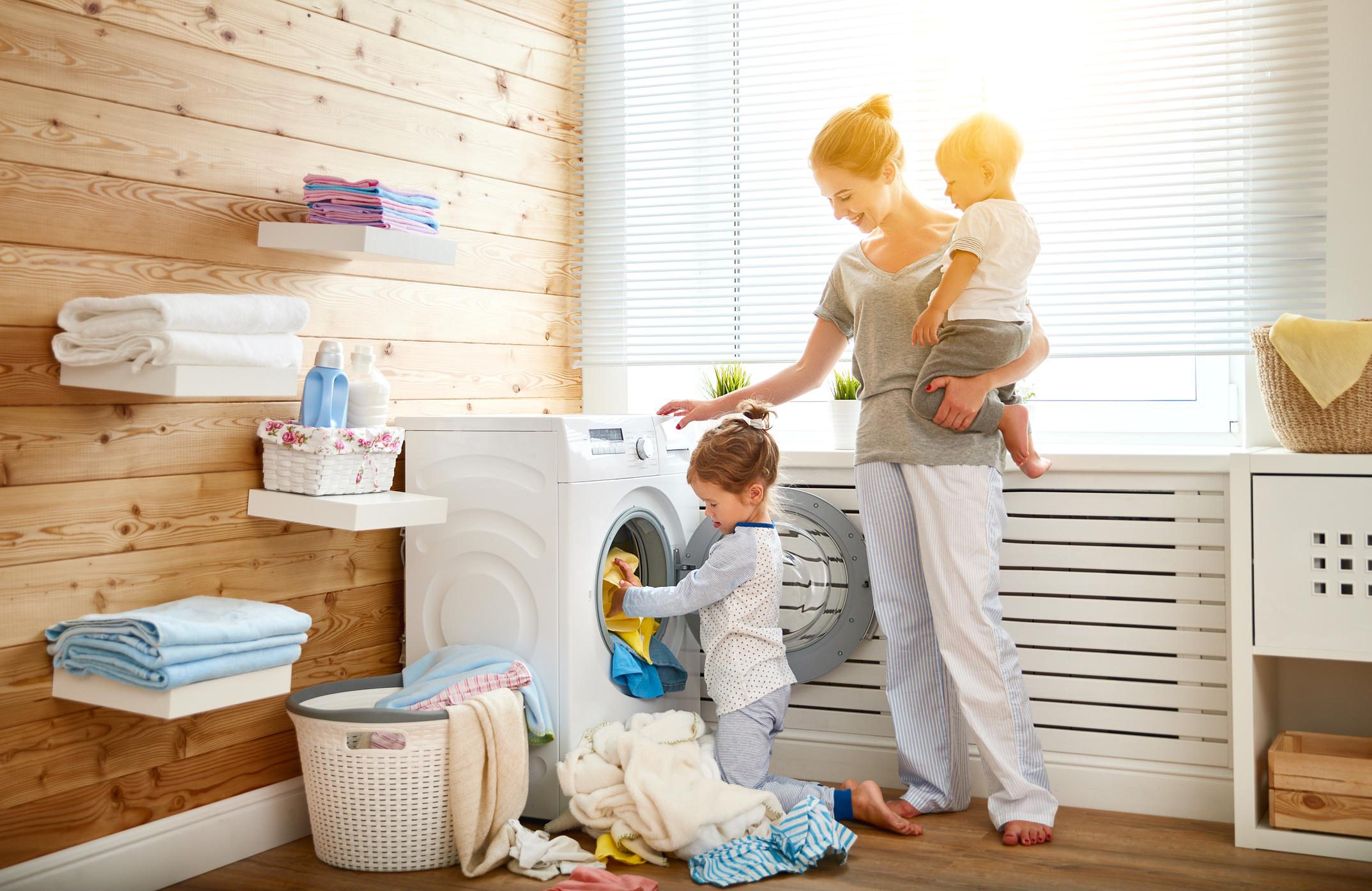 <p>Създайте система за събиране на мръсното пране. Не се карайте на децата си, ако са разхвърляли дрехите си по мебелите или&nbsp;на земята. Предложете разумно решение, като например да купите цветни кошове, в което детето ви само да сортира дрехите си по цвят, когато е време да бъдат изпрани. Така и вие ще бъдете улеснени, когато подготвяте да пуснете пералнята.&nbsp;</p>