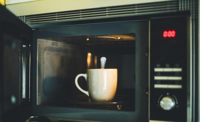 Какво можем и какво НЕ можем да слагаме в микровълновата печка