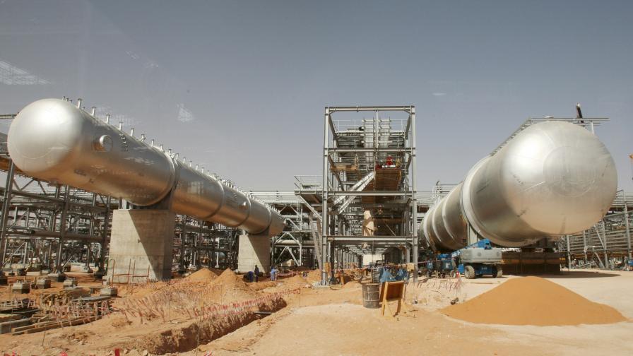 Снимката е направена през прозорец на автобус и показва инсталации, видени на строителна площадка в петролно съоръжение в пустинята на нефтеното находище Хурайс, на около 160 км от Рияд, Саудитска Арабия, 23 юни 2008.
