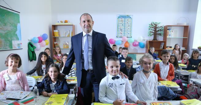 България Радев за БНР: Държавата се управлява през нечий телефон.