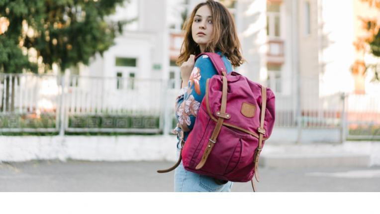 Раницата - новият есенен аксесоар на стилните градски момичета