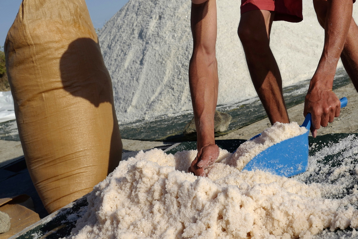 <p>Процесът е до голяма степен естествен, като изобилната вода и слънцето са основните елементи в неговото производство. Напояването на солта работи много прецизно; управлява се от поредица от басейни, където водата се изпарява и солта се появява.</p>