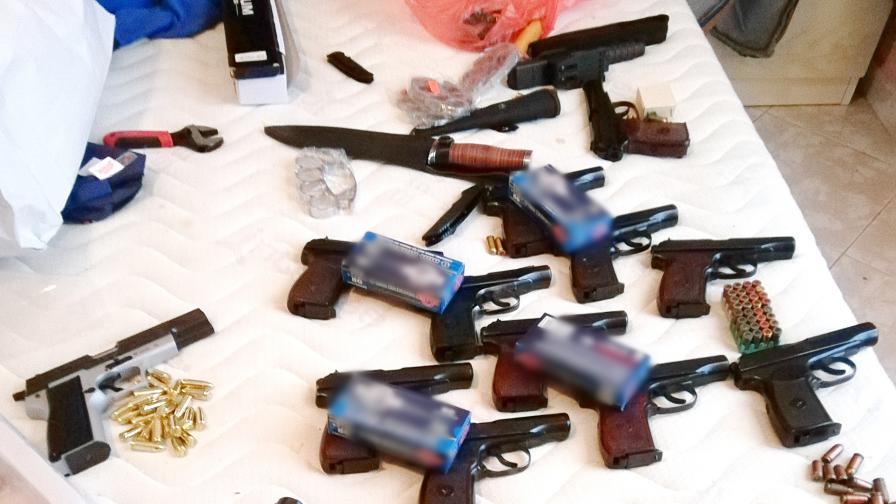 Разкриха групировка, изпращала дрога и оръжие към Острова