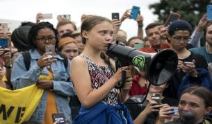 <p>Хиляди ученици излизат на климатична стачка днес</p>