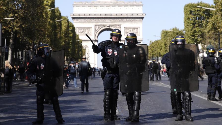 <p>Сълзотворен газ и арести на протестите в Париж</p>
