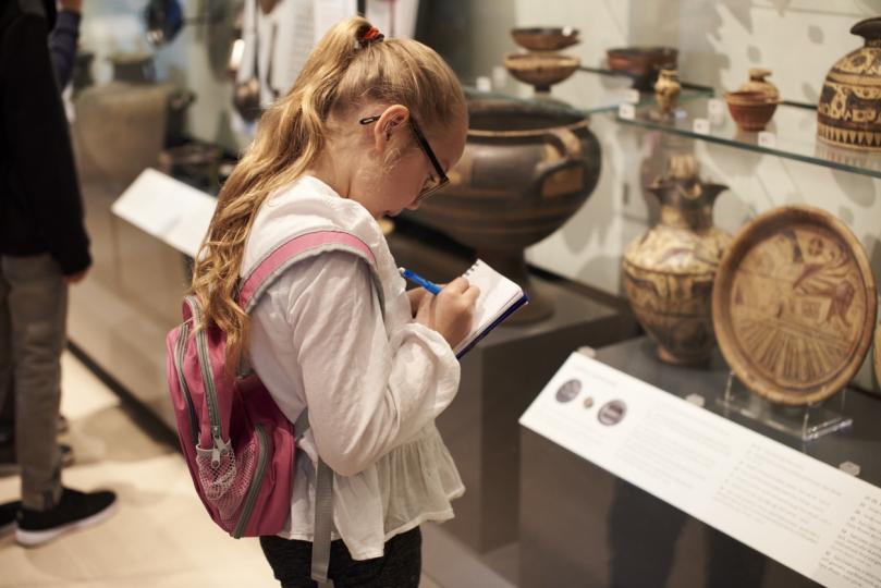 <p><strong>Стимулират интерес към история и култура</strong></p>  <p>В зависимост от тематиката, някои игри могат да запалят интереса към география, древни култури, история и още. Ако и родителите проявят изобретателност и подтикнат децата си да прочетат книга, посетят музей или научат език, който по някакъв начин е свързан с елементи от играта, тогава ползите само ще се увеличат.</p>