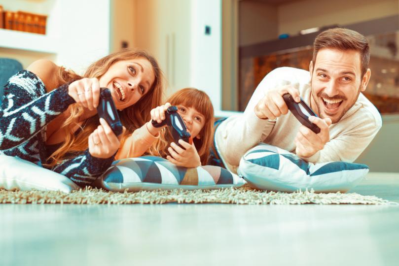 <p><strong>Засилват връзката между родители и деца</strong></p>  <p>Игри като &ldquo;Guitar Hero&rdquo; дават възможност на родители да споделят любимите си песни със своите деца, както и да научат от тях някои нови умения. А когато игрите за все по-достъпни за начинаещи, това е допълнително улеснение за родителите да прекарат повече време с децата си по такъв начин. Това ще насърчи по-лесното общуване, а оттам и по-честото споделяне на тийнейджърските проблеми и радости.</p>
