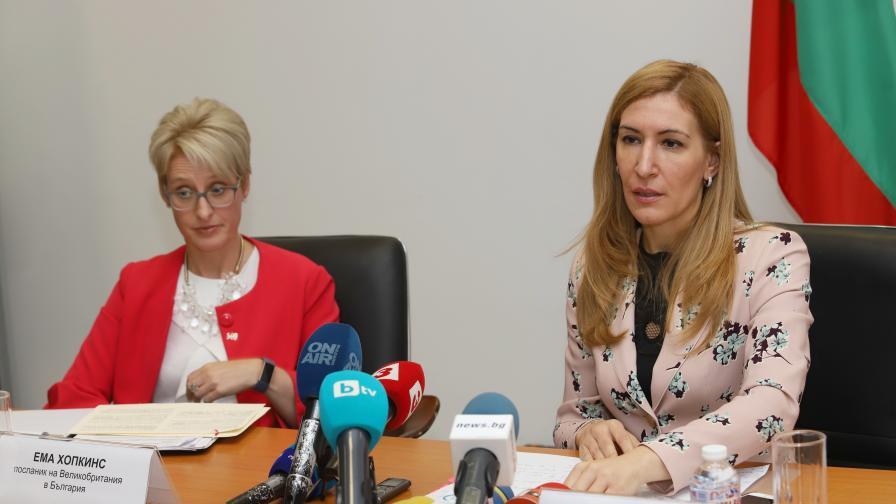 На снимката: Министър Николина Ангелкова и посланик Ема Хопкинс