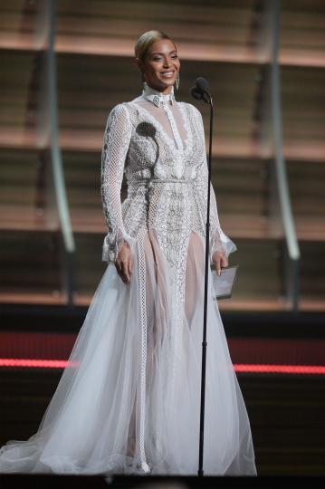 <p>За церемонията на&nbsp;наградите &bdquo;Грами&ldquo; през 2016 г. <strong>Бионсе </strong>избра&nbsp;рокля от есенната булчинска колекция на Inbal Dror.</p>