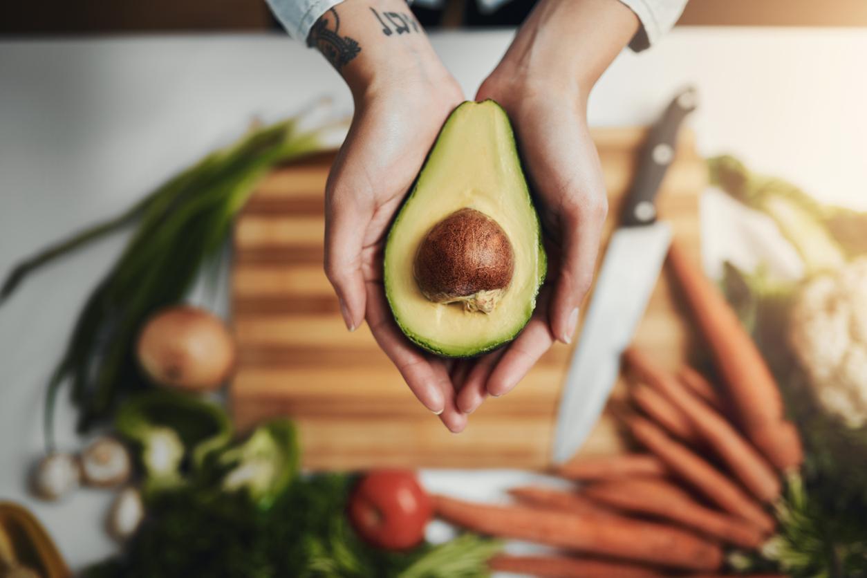 <p><strong>Авокадо </strong></p>  <p>Смятан за най-здравословния плод в света, авокадото предотвратява възпалението в мускулните клетки, инсулиновата резистентност и струпването на мазнини по корема.</p>