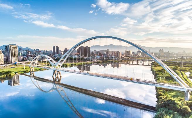 Мост се срути в Тайван, заклещени моряци