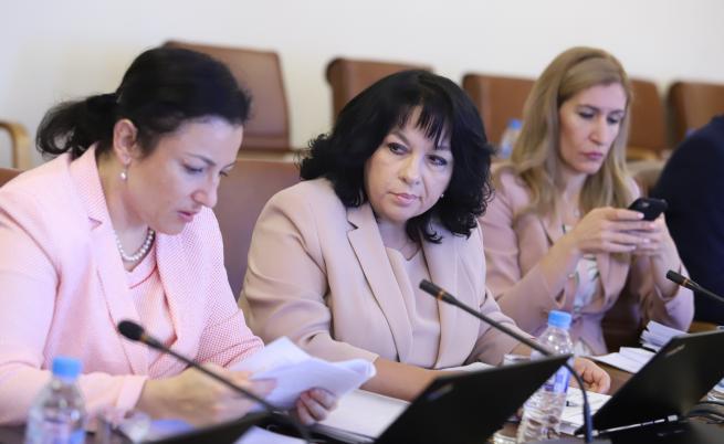 Кои министърки впечатлиха Борисов с облекло (СНИМКИ)
