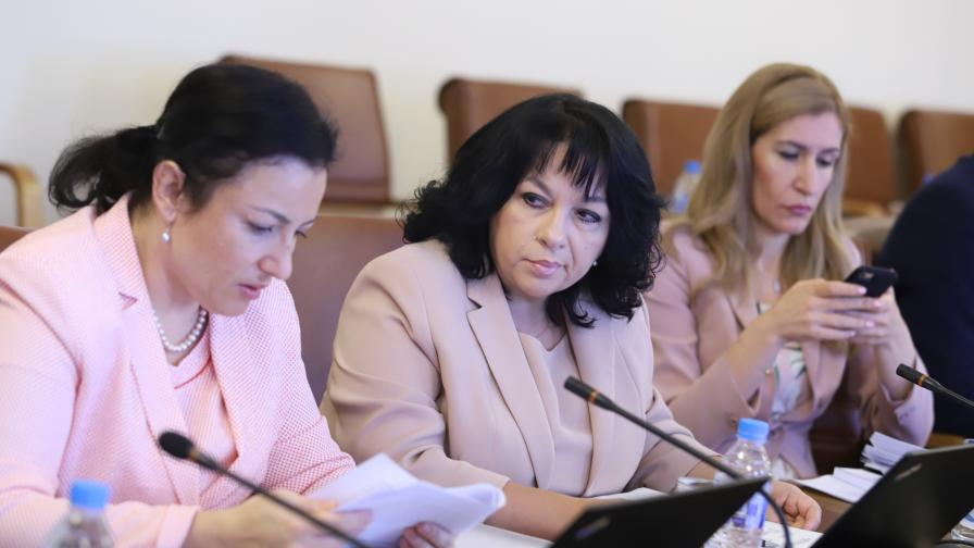 <p>С какво министърките впечатлиха Борисов (СНИМКИ)</p>