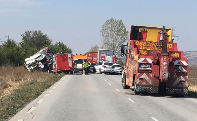 Жестока катастрофа между два ТИР-а отне живота на двама