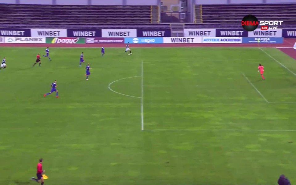 В 45-ата минута капитанът на Локомотив Пд Димитър Илиев отбеляза