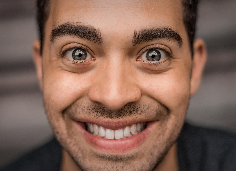 <p>Цветът на очите не само &quot;говори&quot; за характера на човек, но и за неговата сексуална привлекателност, пише в. &quot;Дейли стар&quot;, позовавайки се на резултатите от проучване, направено във Великобритания. Според няколко предишни проучвания най-атрактивни са хората със сини очи. Настоящото допитване, осъществено от екип на 1-800 Contacts и обхванало 1000 души, показва, че за най-секси вече се считат индивидите със сиви очи.</p>