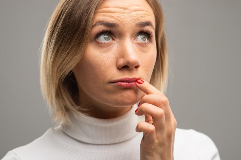 <p><strong>1. Нацепени ъгълчета</strong><br /> <br /> Когато слюнката ни се задържи повечко време в краищата на устните ни, кожата се изсушава и се напуква. Вероятно често си облизвате устните, за да ги стоплите и хидратирате. Така обаче създавате перфектни условия за инфекции в ъгълчетата.</p>