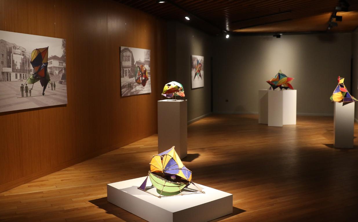 <p>Мащабът на обектите от &bdquo;Почти възможно&rdquo;, ако си ги представим в тяхната невъзможна възможност, подклажда вероятно единствената фиксация на Павел Койчев &ndash; за обитаемата скулптурата, която може да се възприема не само отвън, но и отвътре.</p>