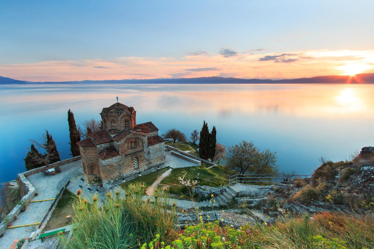 <p><strong>Охридско езеро</strong></p>  <p>Това е най-дълбокото езеро на Балканския полуостров, разделено между Северна Македония и Албания. Заедно с&nbsp;град Охрид е част от Световното културно и природно наследство на ЮНЕСКО.&nbsp;</p>