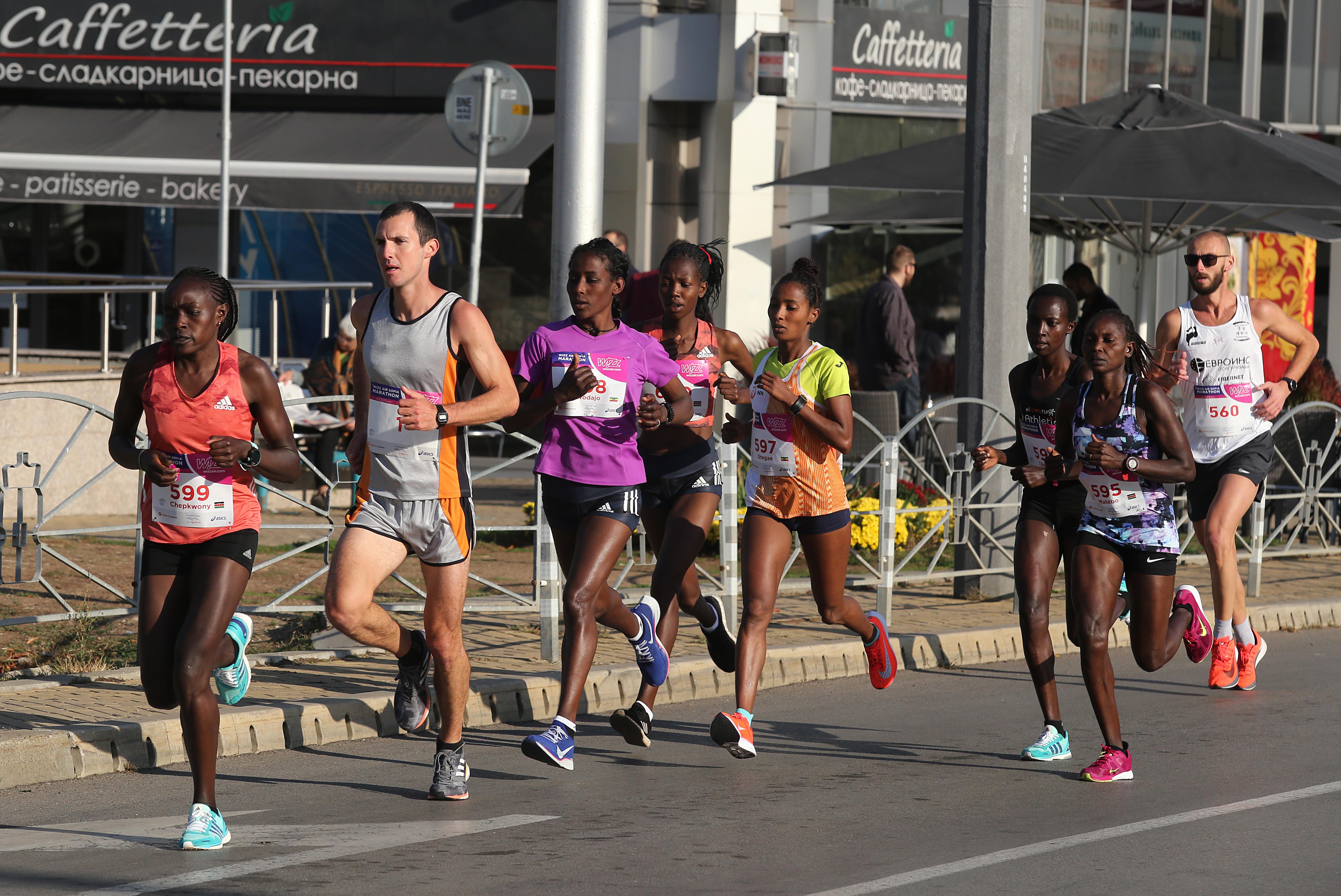 В тазгодишната 36-а поред надпревара участваха близо 5000 маратонци от 50 страни. Сред тях бяха 850 чужденци.