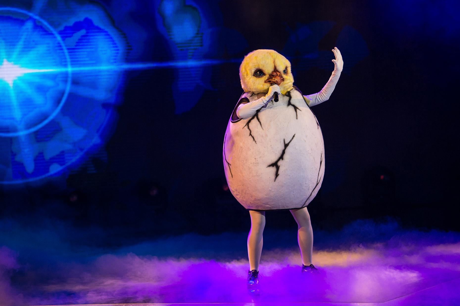<p>Пилето изпълнява At Last на Etta James</p>