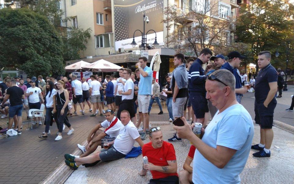 Фенове на България и Англия за малко не стигнаха до