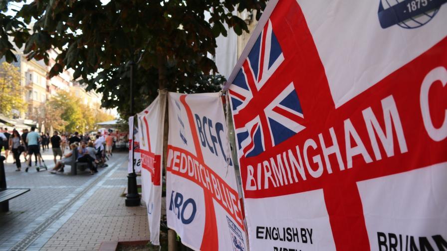 """Напрежение между английски футболни фенове, направиха """"Витошка"""" в стъкла и кръв"""