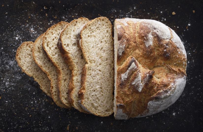 <p>Хлябът с квас се приготвя чрез ферментация вместо с готова мая. Това означава, че когато сместа от брашно и вода се остави на стайна температура за няколко дни, в процеса на ферментация естествено се появяват добри бактерии и други микроорганизми, като например&nbsp;лактобацили.&nbsp;</p>