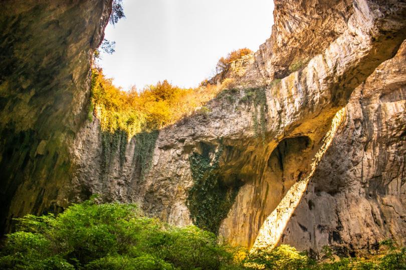 <p><strong>Деветашката пещера е една от най-големите пещери в България. Общата ѝ дължина е 2442 м, а общата ѝ площ е 20 400 кв м, височината ѝ е 60 м.</strong></p>