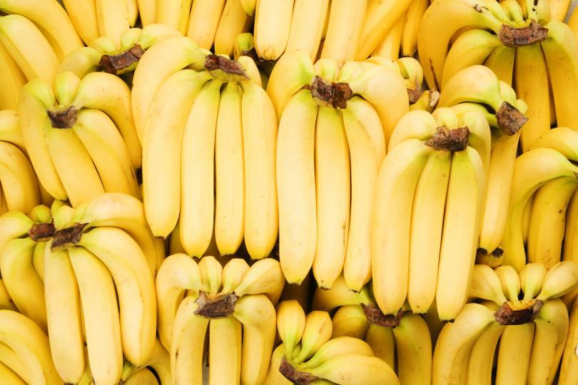 <p><strong>Намалете възрастта с банани</strong><br /> Някои проучвания показват, че бананите се борят със стареенето и се справят с фините линии и бръчките. Намачканият плод се нанася върху кожата с масажни движения. Можете да го измиете веднага или да го оставите за няколко минути за по-добър резултат. В случай, че нямате банани, можете да използвате папая или манго, те също ексфолират, озаряват и се борят със стареенето.&nbsp;</p>  <p>&nbsp;</p>