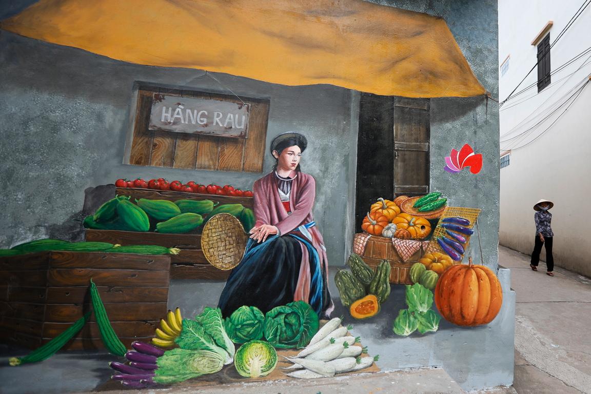 <p>Известно с отглеждането на зеленчуци и плодове за столицата Ханой, наскоро се превърна в първото &quot;графити&quot; село във Виетнам, с повече от 20 цветни картини по стените на къщи и огради на фона на изключително чистите улици</p>
