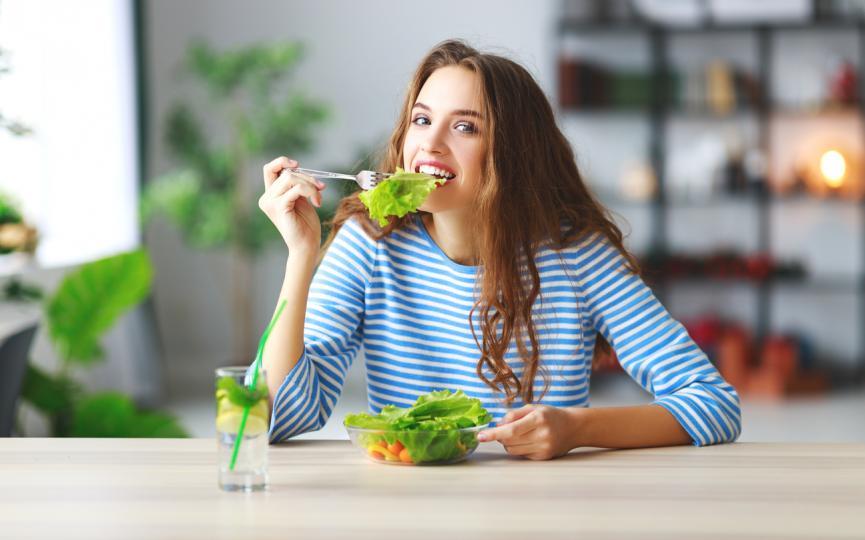 <p><strong>Първи ден:</strong></p>  <p><strong>Закуска</strong>: Чаша гореща напитка (кафе или чай), една филия препечен хляб (пълнозърнест е за предпочитане), 2 супени лъжици фъстъчено масло, половин грейпфрут. Ако сте алергични към фъстъченото масло, можете да го замените със соево масло или масло от тиква.<br /> <strong>Обяд:</strong> Чаша гореща напитка (кафе или чай), парче препечена филийка, половин чаша риба тон.<br /> <strong>Вечеря: </strong>Около 85 грама месо (варено или на пара), чаша зелен фасул, половин банан, една малка ябълка. Можете да се поглезите и с една чаша ванилов сладолед.</p>