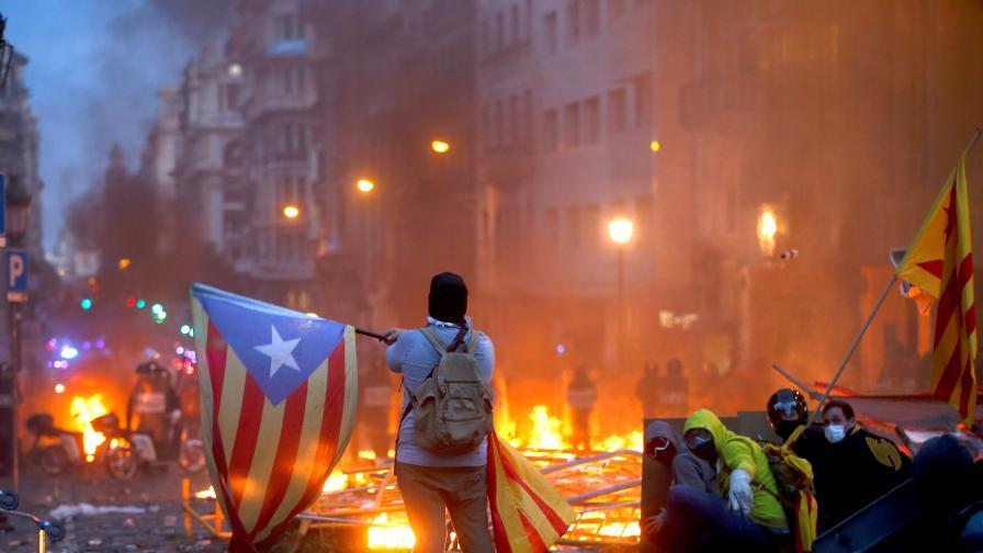 <p>Барселона пламна,&nbsp;&nbsp;затвориха символи, отменени са полети</p>