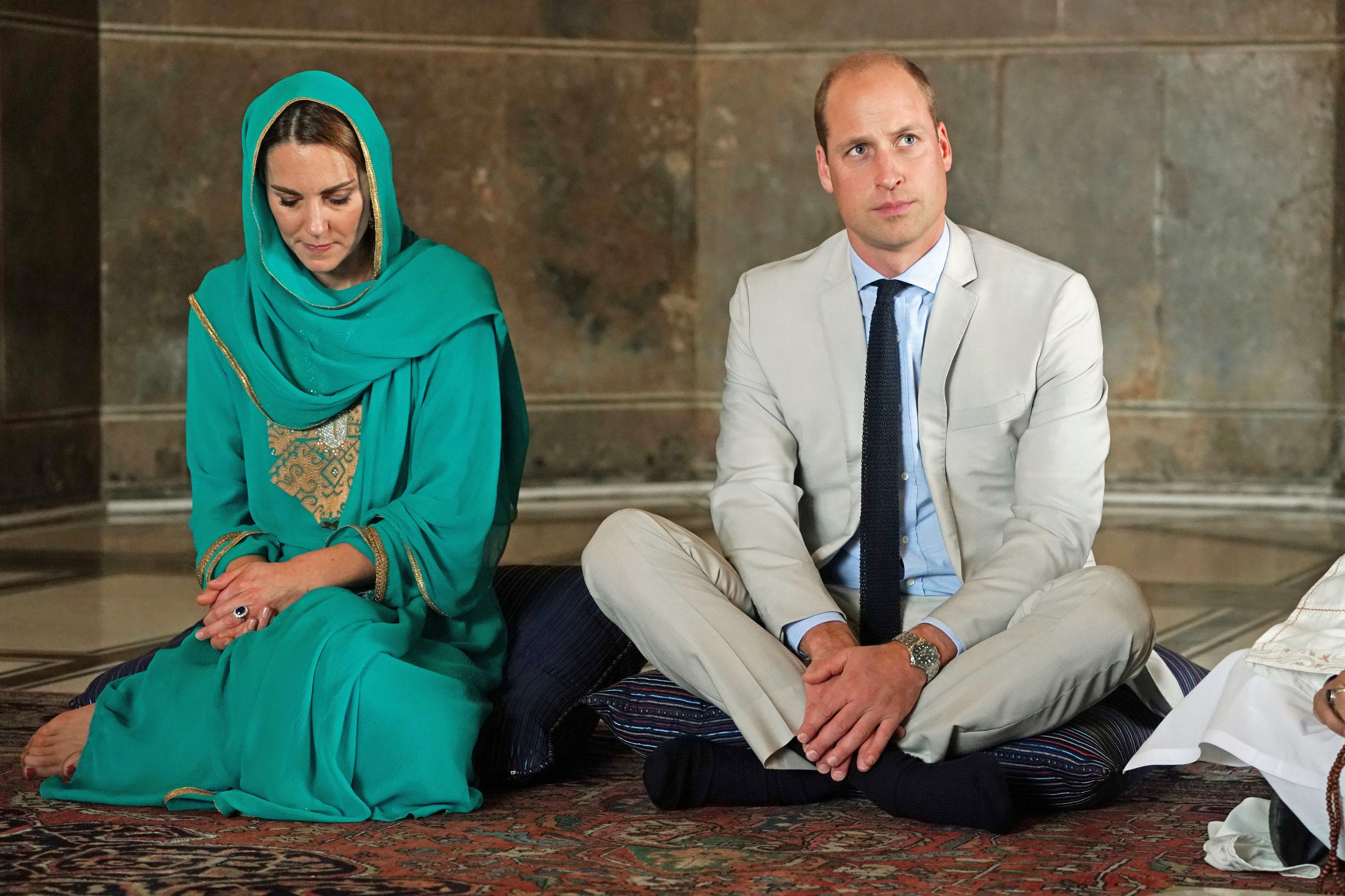 <p>Кейт Мидълтън и едни от най-разкошните тоалети, с които покори Пакистан по време на кралската обиколка.</p>