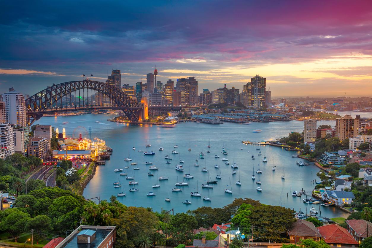 <p><strong>Екстровертът: Сидни, Австралия </strong></p>  <p>Ако търсите място, където да общувате с други хора и да участвате в необичайни дейности, то непременно изберете Сидни. Градът ви предлага множество плажове, a Сините планини са само на два часа път. Дейностите на открито, както и оживената културна сцена правят Сидни чудесно място за среща с други пътешественици и местни жители.</p>