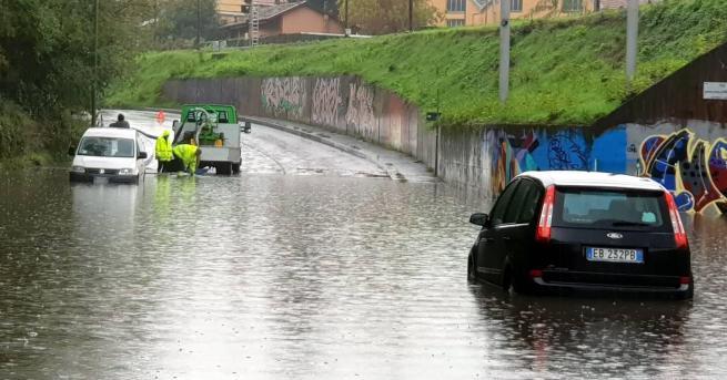 Свят Страшни наводнения в Италия Най-тежко е положението в крайбрежния
