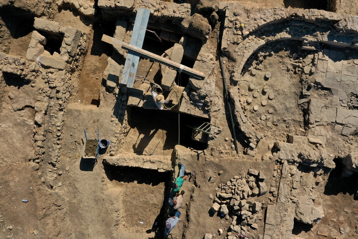 <p>Тук най-старите къщи са построени преди около 200 години и Корка вижда че, в много от тях са използвани древни останки, вероятно от руините на Тенеа, които са лежали наоколо. Местната църква има резба на древногръцкия бог на винопроизводството и театъра Дионис, вградена в стената.</p>