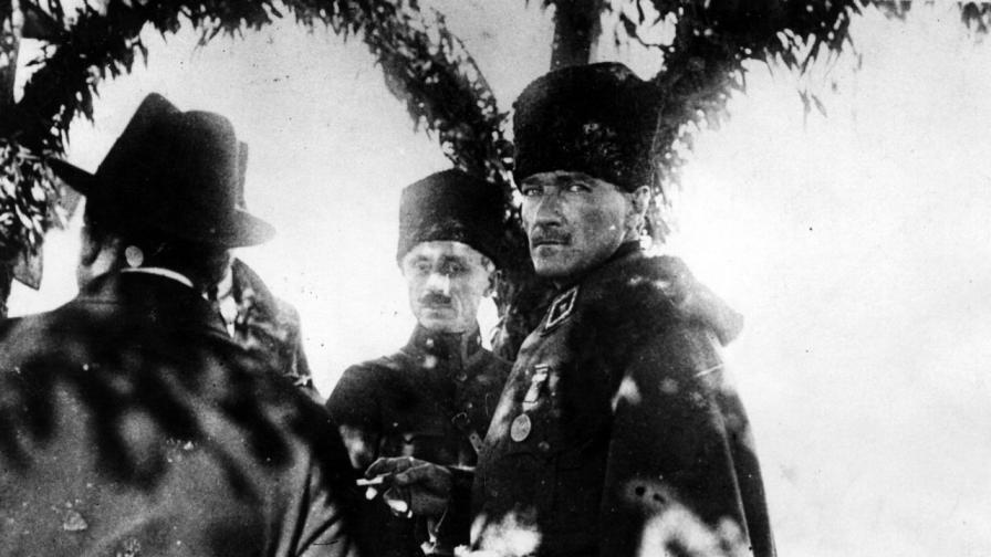 <p><b>Мустафа Кемал -&nbsp;</b>бащата на турската република</p>