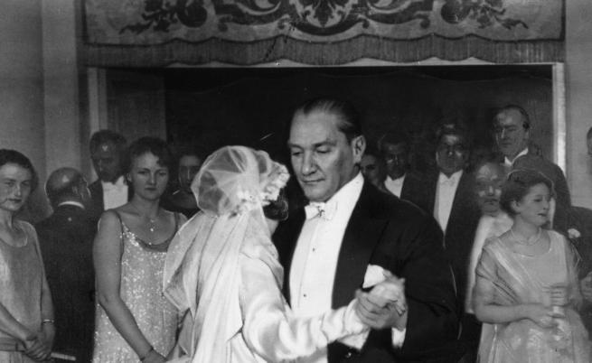 Ататюрк танцува с осиновената си дъщеря на нейната сватба.