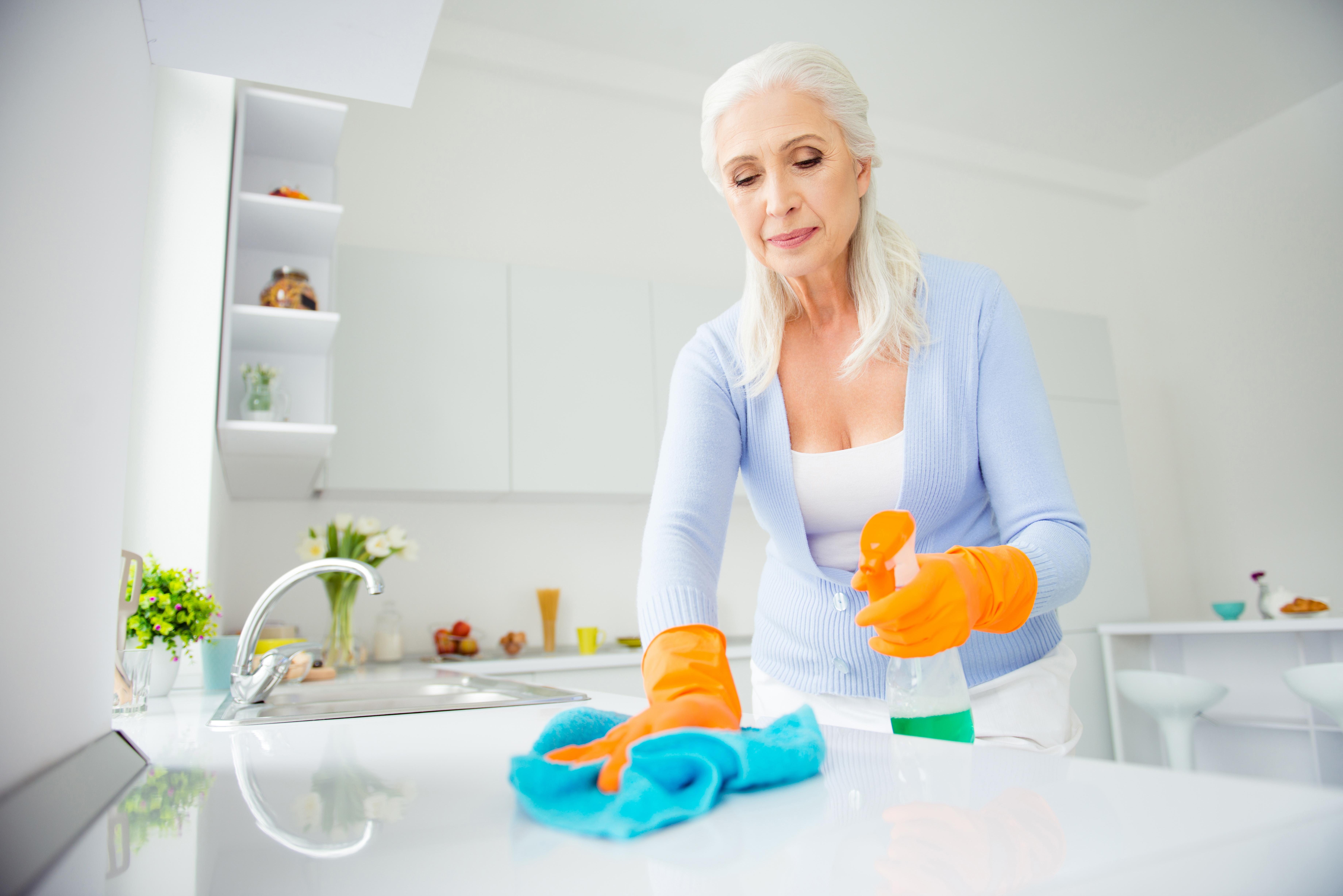 <p>Бактериите са миниатюрни. Това, което на нас ни изглежда като драскотина, е огромна шведска маса за салмонелата. Изподрасканите кухненски дъски се мият много трудно. Тъй че ако дъската вече е прекалено набраздена - по-добре си купете нова.</p>